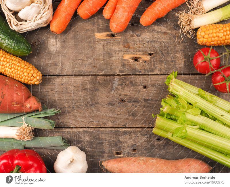 Gemüse auf einem Holztisch Lebensmittel Bioprodukte Sommer Gesundheit lecker onion produce table pepper Paprika agriculture green red diet organic garlic