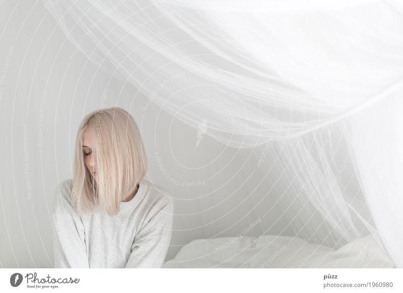 Caro 02 Mensch feminin Mädchen Junge Frau Jugendliche Kopf Haare & Frisuren Gesicht Auge 1 18-30 Jahre Erwachsene blond weißhaarig langhaarig Denken sitzen