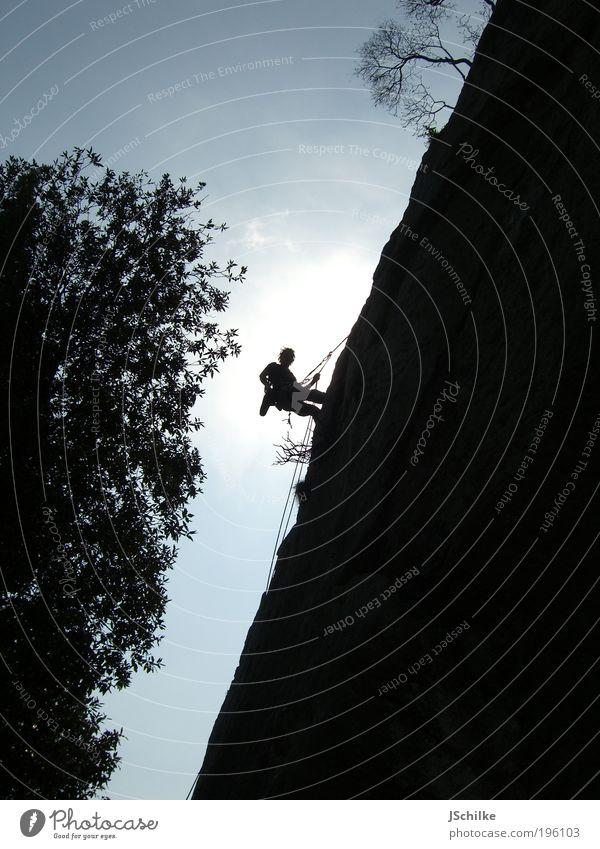The Shadow Climber Mensch Natur Baum Sommer Freude Ferne Erholung Berge u. Gebirge Freiheit Glück Zufriedenheit Felsen maskulin gefährlich Seil Sträucher