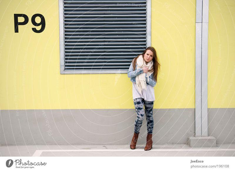 P9 Lifestyle Stil Mensch Frau Erwachsene Leben 1 Gebäude Mauer Wand Dach Hose Jacke Schal Stiefel Damenschuhe langhaarig Blick stehen Coolness einzigartig