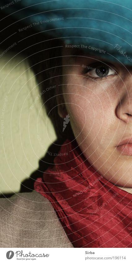 am warten \\ warten \\ warten feminin Junge Frau Jugendliche Gesicht Auge Denken träumen blau rot Seidenschal Farbfoto Innenaufnahme Nacht Kunstlicht Schatten