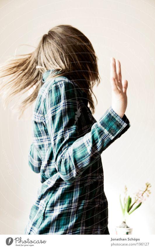 junge Frau headbangt mit Haaren wild Lifestyle feminin Junge Frau Jugendliche Leben Kopf Haare & Frisuren Hand 1 Mensch 18-30 Jahre Erwachsene Aggression blau