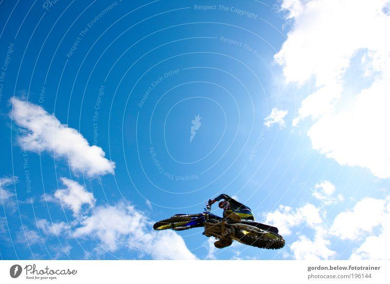 dem Himmel nah Lifestyle Motocross-Rennen Sport Motorsport Sportveranstaltung Motorrad fliegen springen blau Mut Risiko Farbfoto Außenaufnahme Textfreiraum oben