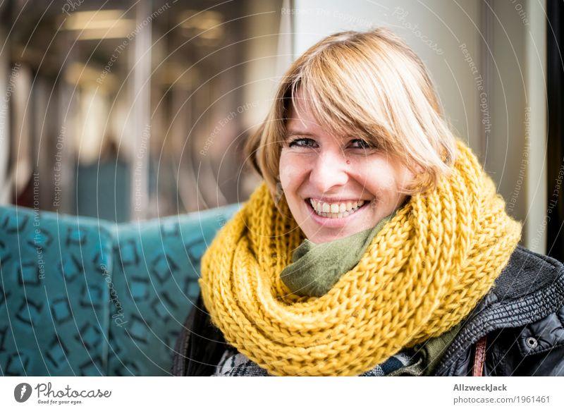 glücklich in der S-Bahn feminin Junge Frau Jugendliche Erwachsene Leben 1 Mensch 18-30 Jahre 30-45 Jahre Verkehrsmittel Öffentlicher Personennahverkehr