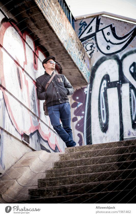 waiting Stil Mensch maskulin Junger Mann Jugendliche Erwachsene 1 18-30 Jahre 30-45 Jahre Jacke Sonnenbrille Mütze Graffiti warten Coolness Stadt blau grau