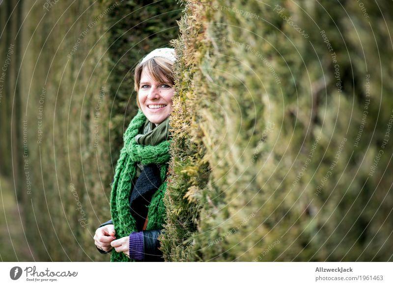 Park Portrait I feminin Junge Frau Jugendliche Erwachsene Partner Leben 1 Mensch 18-30 Jahre 30-45 Jahre Natur Winter Grünpflanze Schal Mütze blond beobachten