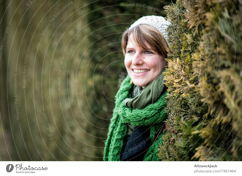 Park Portrait II feminin Junge Frau Jugendliche Erwachsene Partner Leben 1 Mensch 18-30 Jahre 30-45 Jahre Natur Winter Grünpflanze Schal Mütze blond beobachten