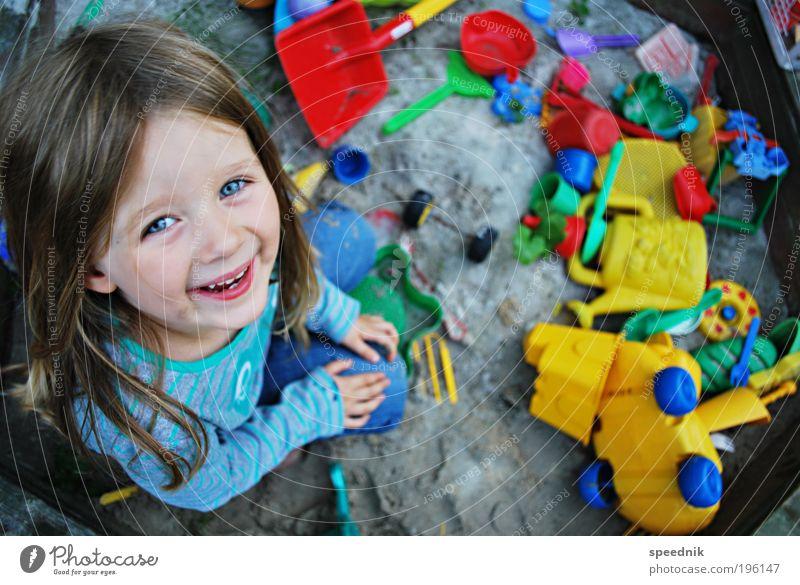 Sandkastensaison (friendly version) Mensch Kind Mädchen Freude Spielen Garten Glück lachen dreckig sitzen Fröhlichkeit Kitsch Spielzeug Lebensfreude