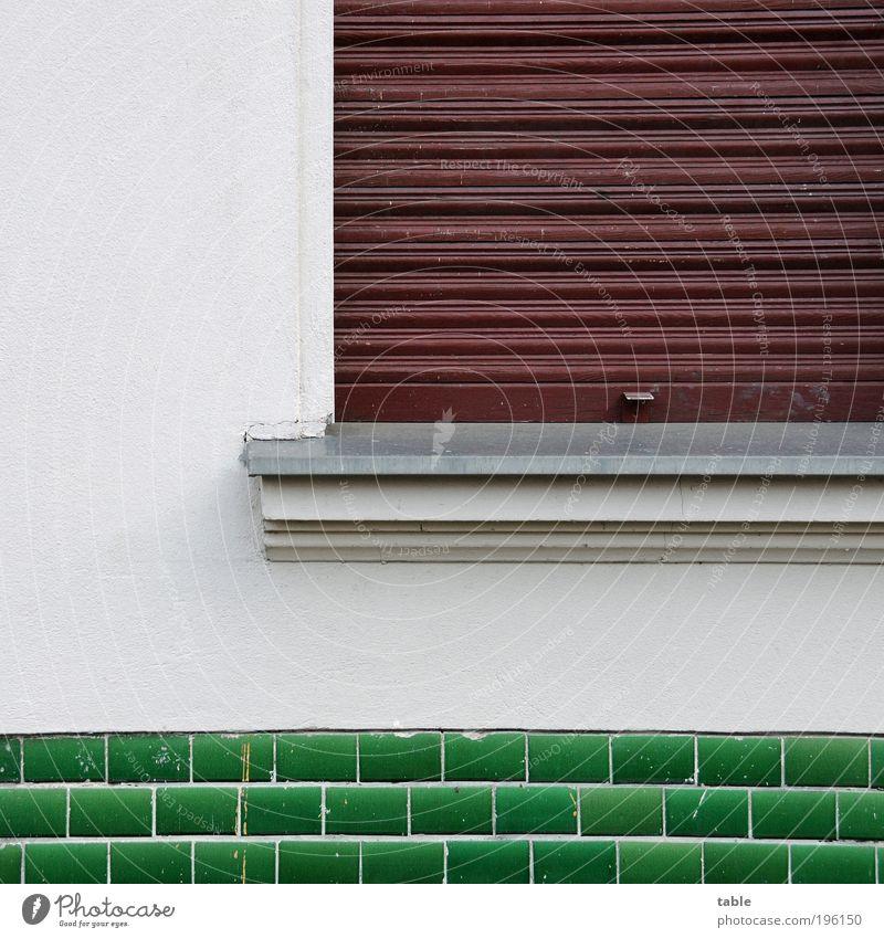 Schließtag Häusliches Leben Haus Mauer Wand Fassade Fenster Rollladen Fliesen u. Kacheln Fensterbrett Fenstersims Stein Holz Metall alt neu braun grün weiß