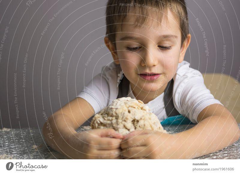 Kleiner Junge knetet rohen Pizzateig und macht eine Umarmung Kind klein Schule Kindheit niedlich Küche machen Brot reizvoll Backwaren Teigwaren unschuldig Mehl