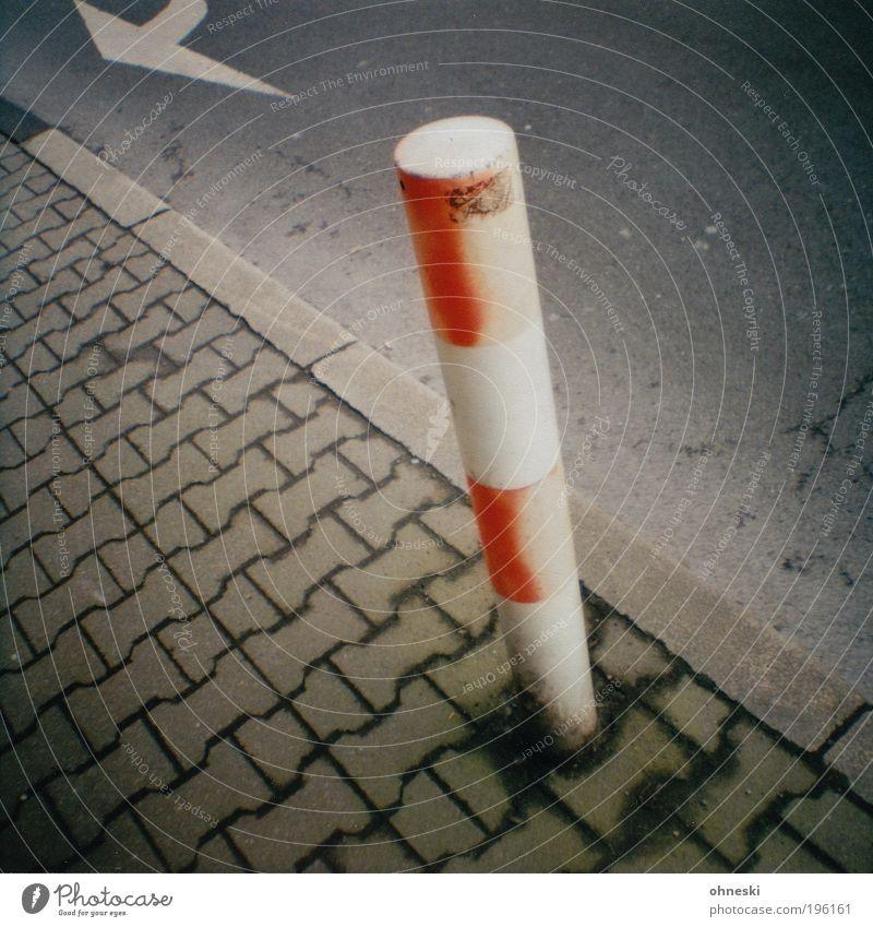 Pfeiler Stadt Straße Wege & Pfade Beton Verkehr Pfeil Backstein Bürgersteig Verkehrswege Säule Fußgänger Schilder & Markierungen Lomografie