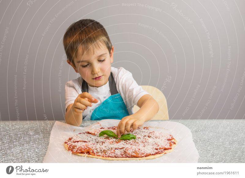 Kleiner Junge macht Pizza und beendet mit Basilikumblättern Kind schön Hand klein Schule Freizeit & Hobby Kindheit niedlich Küche machen Schalen & Schüsseln