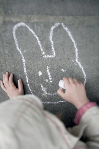 . . . fehlt etwas, Lachen ist immer gut. Lifestyle Freizeit & Hobby Spielen Garten Ostern Mensch Kind Hand 1 3-8 Jahre Kindheit Kunst Kunstwerk Schönes Wetter