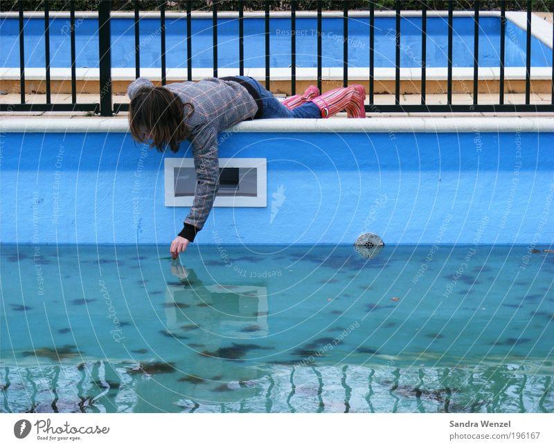 Käferrettungsdienst :-) Mensch Kind blau Wasser Mädchen Blatt Spielen Metall Kindheit nass Beton Schwimmbad Jeanshose berühren Jacke entdecken