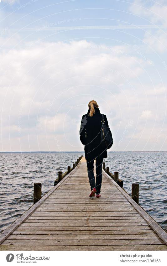 Schritt für Schritt Mensch Jugendliche Himmel Ferien & Urlaub & Reisen ruhig Einsamkeit Ferne kalt Erholung feminin Freiheit See Wellen Küste blond Erwachsene