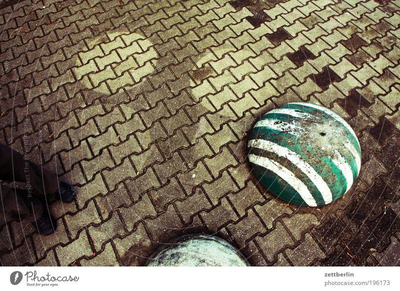 Foto mit Steinen, aber ohne Titel Pflastersteine Kopfsteinpflaster Bürgersteig Wege & Pfade Fuge Profil profilsteine Poller Streifen Schatten nass trocken Fuß
