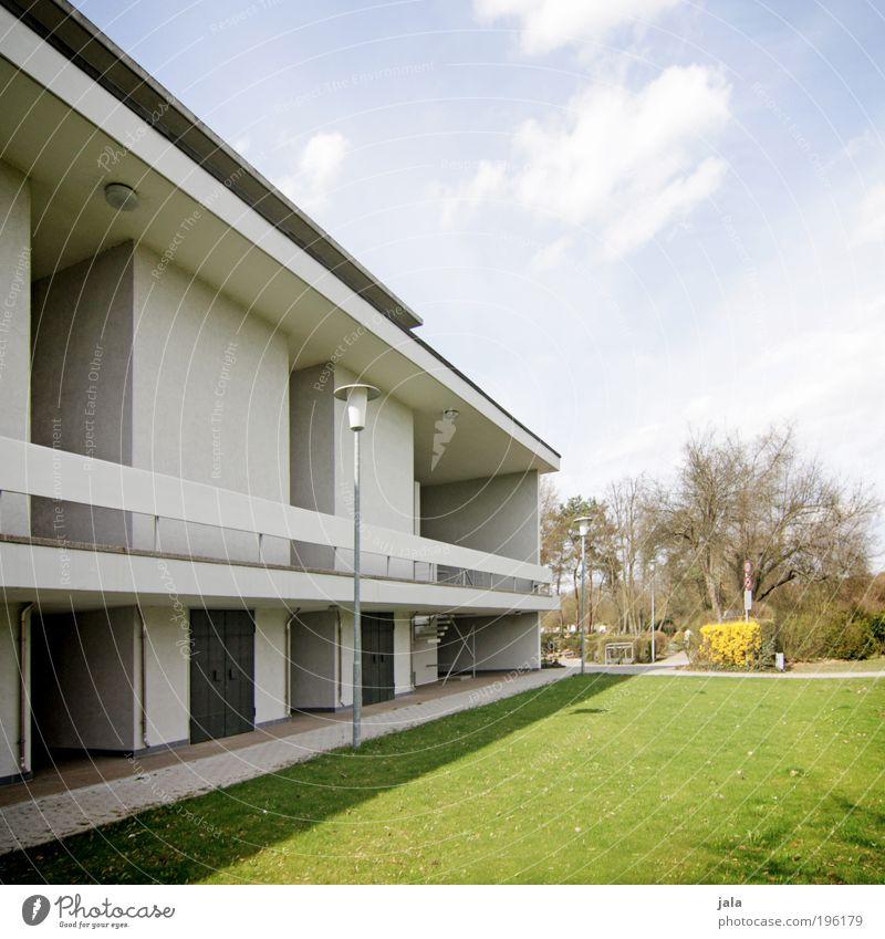 Schattenseite Baum Pflanze Haus Wiese Architektur Gebäude Park Fassade Treppe ästhetisch gut Bauwerk Laterne Stadtrand