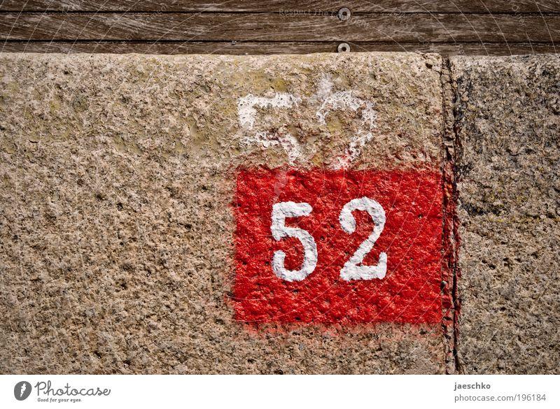 Glückwunschkarte gefällig? Stein Holz Ziffern & Zahlen 52 alt authentisch neu rot Wandel & Veränderung Hausnummer Farbstoff Glückwünsche Erneuerung überlagert