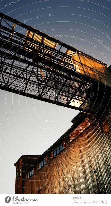 Übergang Wolkenloser Himmel Schönes Wetter Industrieanlage Fabrik Gebäude Mauer Wand Fassade Fenster Beton Metall leuchten eckig groß hoch oben Verfall