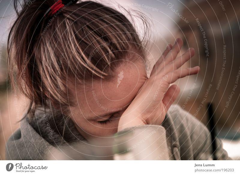 Junge Frau reibt sich die Augen Strandbar feminin Erwachsene Kopf Hand 1 Mensch 18-30 Jahre Jugendliche langhaarig natürlich rosa Gefühle Müdigkeit Erschöpfung