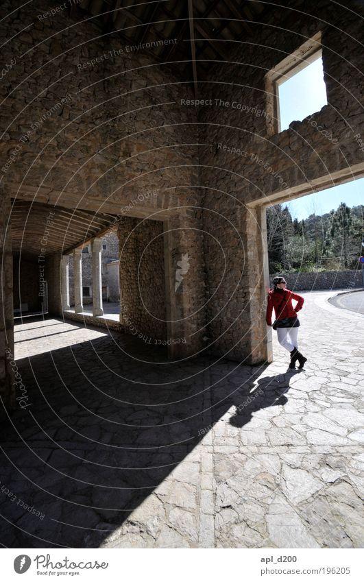 Sonnenuhr Mensch Jugendliche schön rot Haus feminin Wand Stil Mauer Gebäude braun Architektur Erwachsene ästhetisch Coolness stehen