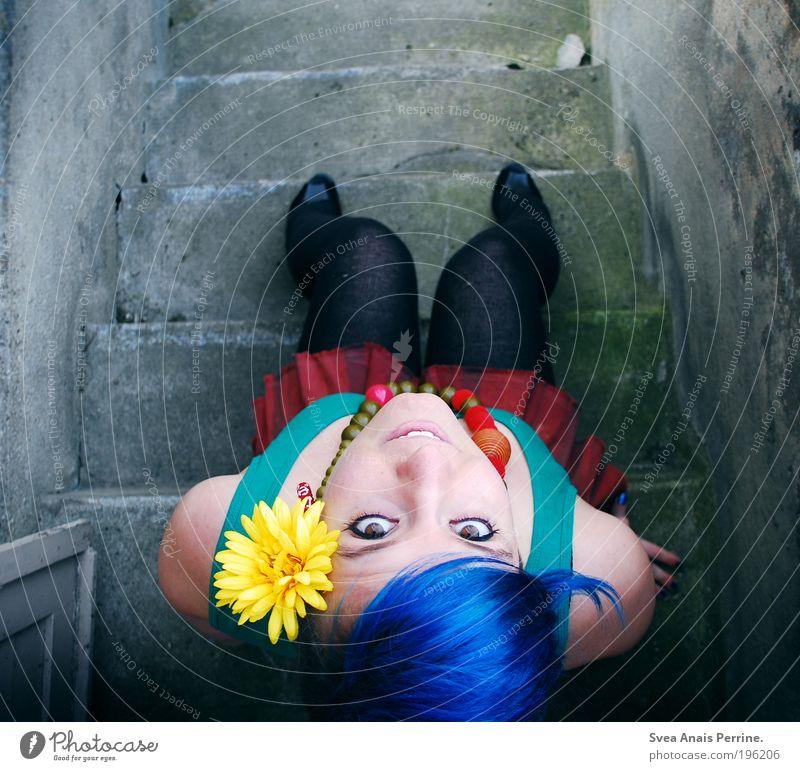 farbenfroh. Mensch Jugendliche blau rot Blume Erwachsene Auge gelb feminin kalt Wand Haare & Frisuren Glück Mauer Stil Denken