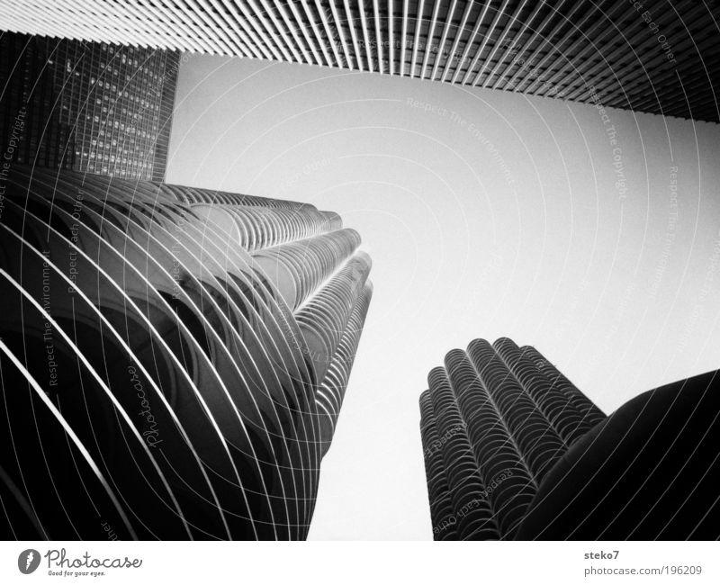 Maiskolben in schwarz-weiß Stadt Architektur Hochhaus bedrohlich Bauwerk Schwarzweißfoto Wahrzeichen Stadtzentrum Symmetrie umfallen Sehenswürdigkeit Amerika Chicago aufstrebend
