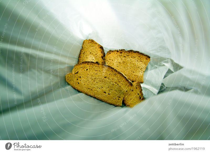 Leichter Anflug von Schimmel Müll Biomüll Brot Gesunde Ernährung Speise Essen Foodfotografie Menschenleer Lebensmittel Scheibe Brotscheibe Belegtes Brot