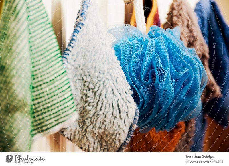 bunte Waschlappen hängen in einer Reihe an der Heizung im Bad blau grün rot weiß Putztuch aufhängen Sauberkeit Stoff Staffelung Schatten Licht Kontrast Reinigen