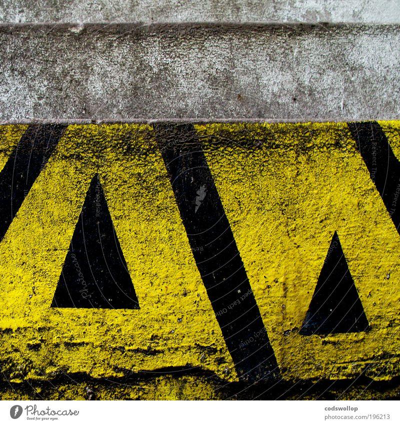 division of the field schwarz gelb Wand oben Mauer Fassade Treppe Zeichen Pfeil Richtung Hinweis Identität graphisch Warnung Dreieck