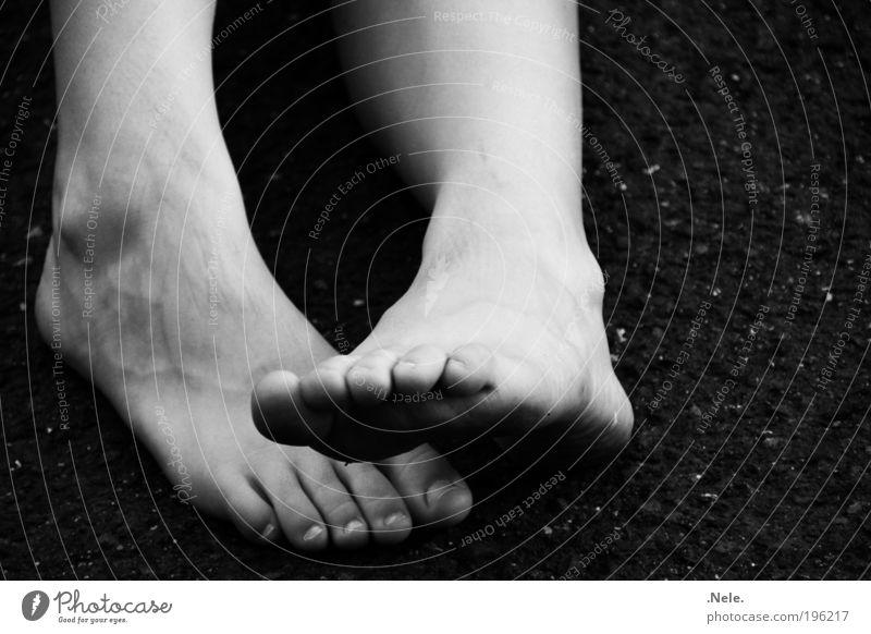 ein paar füße. Haut Fuß einfach nah natürlich schwarz weiß Gelassenheit ruhig Erholung Schwarzweißfoto Außenaufnahme Menschenleer Textfreiraum rechts