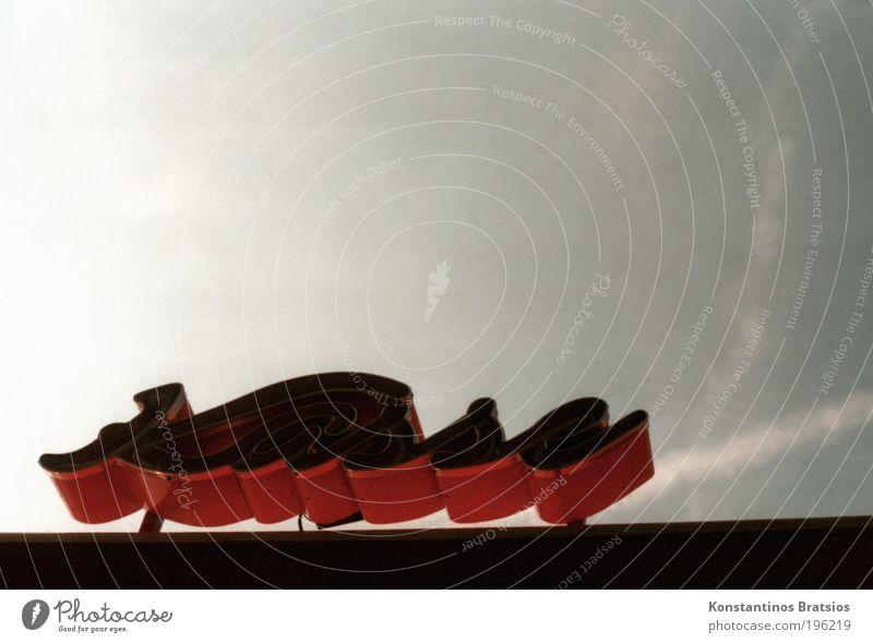 Heute wird abgerechnet! Schriftzeichen grau rot schwarz Kasse Jahrmarkt kassieren analog Himmel Wolken retro bezahlen dunkel Messe Schwarzgeld Farbfoto