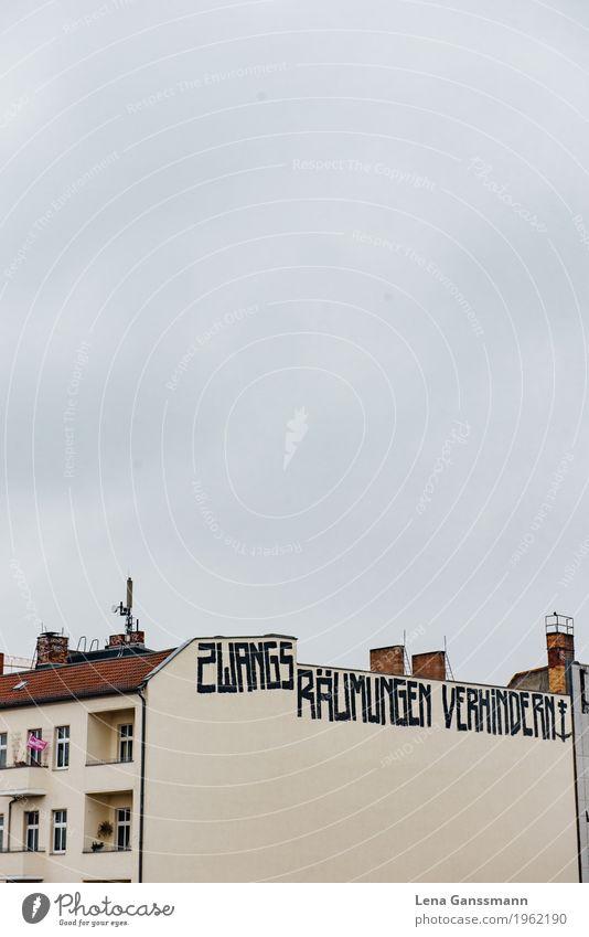 'Zwangsräumungen verhindern' Himmel Wolken schlechtes Wetter Prenzlauer Berg Deutschland Hauptstadt Menschenleer Haus Gebäude Brandmauer Fassade Beton
