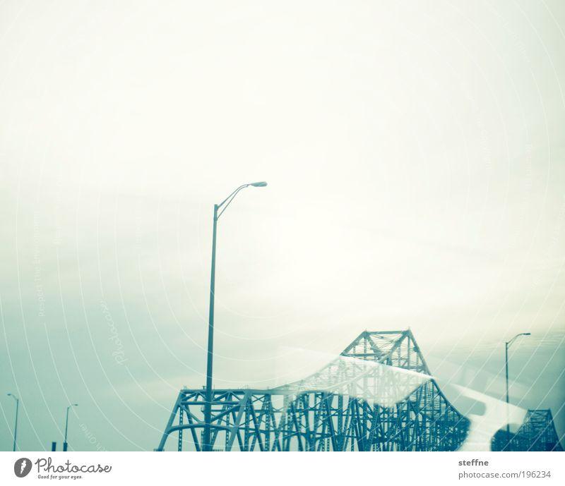 Die Brücke am Fluss Verkehr Brücke modern USA Laterne Stahl Gerüst Ausgrenzung Licht Experiment Cross Processing Traumwelt Stahlbrücke New Orleans