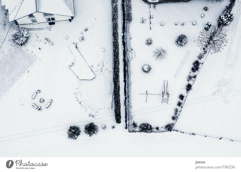 Grundeinstellung Winter Eis Frost Schnee Sträucher Garten Haus hell schwarz weiß Schutz träumen kalt Ordnung Trennung Häusliches Leben Vogelperspektive Grenze
