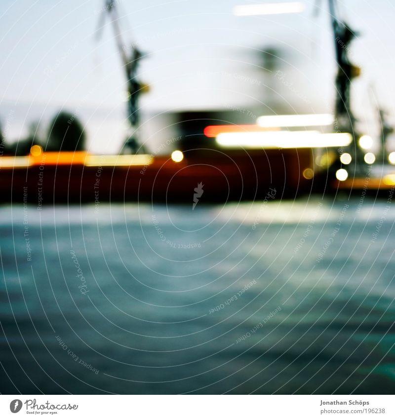 vorbeigeschwommen Wasser blau Hamburg Verkehr Geschwindigkeit Wasserfahrzeug Güterverkehr & Logistik Industriefotografie Hafen Mitte Quadrat leuchten Verkehrswege Wirtschaft Handel