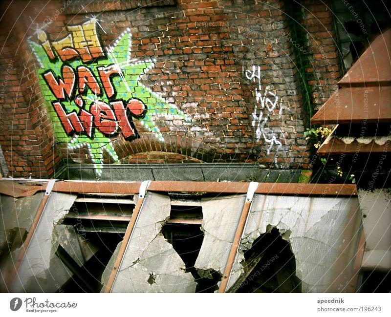 icH WAr hier [H08.2] Stadt rot dunkel Wand Fenster Graffiti Mauer dreckig Fassade ästhetisch kaputt Schriftzeichen Industrie Dach Wandel & Veränderung Fabrik