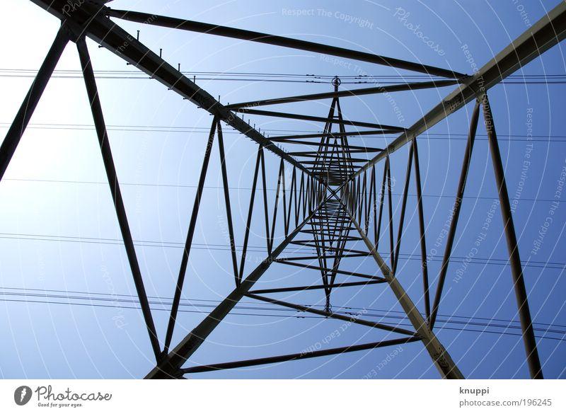 elektrisierende Linienführung Himmel blau weiß grün Sonne Sommer schwarz Luft Metall Energiewirtschaft groß Ausflug Elektrizität Netzwerk Industrie