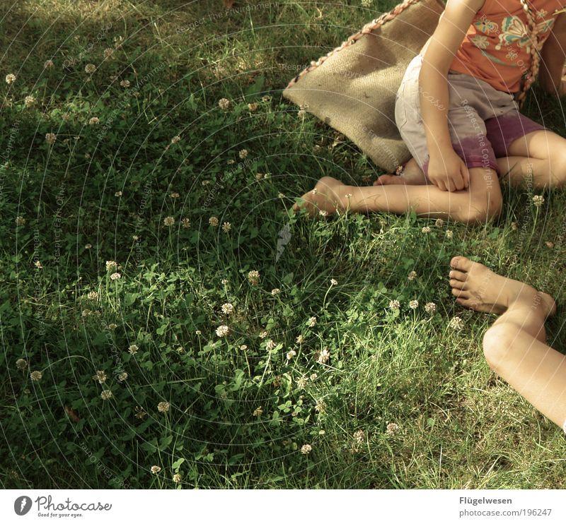 Wiesenlieger Kind Jugendliche Ferien & Urlaub & Reisen Sonne Sommer Erholung Wärme Spielen Gras Garten Beine Fuß Kindheit Freizeit & Hobby liegen