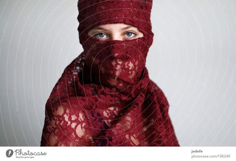 schattenseite feminin Junge Frau Jugendliche 1 Mensch 18-30 Jahre Erwachsene Kopftuch ästhetisch rot Gelassenheit ruhig Selbstbeherrschung authentisch Toleranz