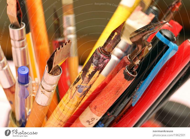 Schreibfedern und Schreibstifte Schreibwaren Holz Metall Kunststoff dünn historisch nah retro mehrfarbig Farbfoto Innenaufnahme Nahaufnahme Detailaufnahme