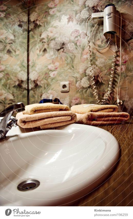 Take a shower Stil Körperpflege Wellness Bad Fön Handtuch Spiegel Tapete Kitsch retro braun Reinlichkeit Sauberkeit Nostalgie Dienstleistungsgewerbe Farbfoto