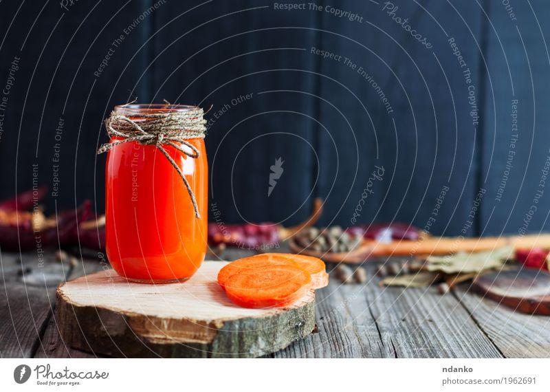 Glas frischer Karottensaft auf einer Holzoberfläche Natur Gesunde Ernährung Essen Herbst natürlich grau orange Tisch Kräuter & Gewürze Getränk lecker Gemüse