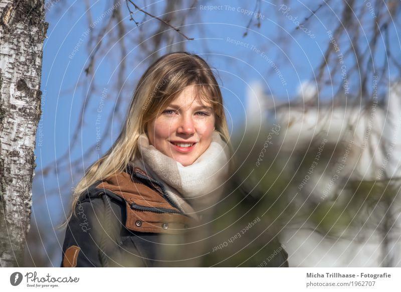 Blonde junge Frau unter einer Birke Mensch Jugendliche blau Junge Frau grün schön weiß Baum 18-30 Jahre Gesicht Auge Erwachsene gelb natürlich feminin