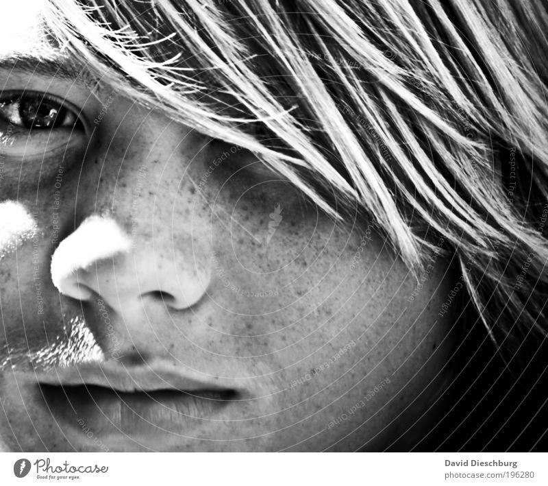 An einem Sommertag harmonisch Jugendliche Haut Kopf Haare & Frisuren Gesicht Auge Nase Mund Lippen 1 Mensch Blick Sommersprossen Schatten Haarsträhne langhaarig