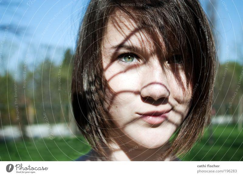 schatten schön Haare & Frisuren feminin Junge Frau Jugendliche Kopf Gesicht Auge Nase Mund Lippen 1 Mensch Natur Sommer Schönes Wetter Gras Park brünett Pony