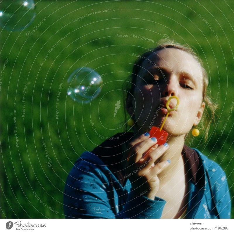 Seifenblubsi 2 Freude Sommer Sommerurlaub Sonne feminin Junge Frau Jugendliche 1 Mensch 18-30 Jahre Erwachsene entdecken frech Fröhlichkeit frisch blau grün