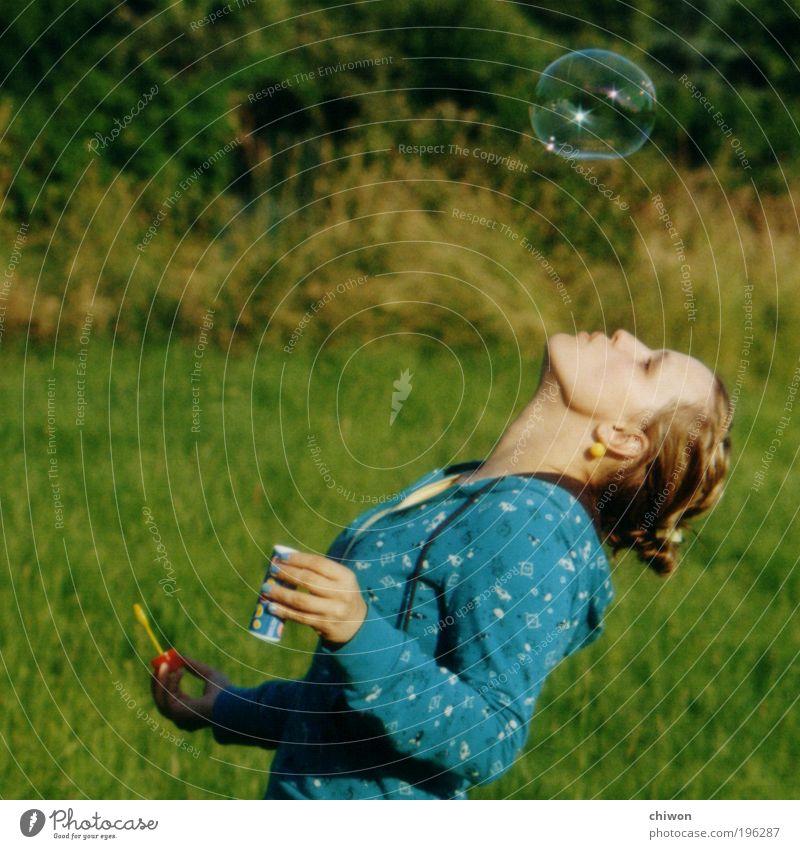 Seifenblubsi 3 Mensch Jugendliche Sonne grün blau Sommer Freude Wiese Glück Erwachsene Frau frisch Fröhlichkeit Lebensfreude entdecken