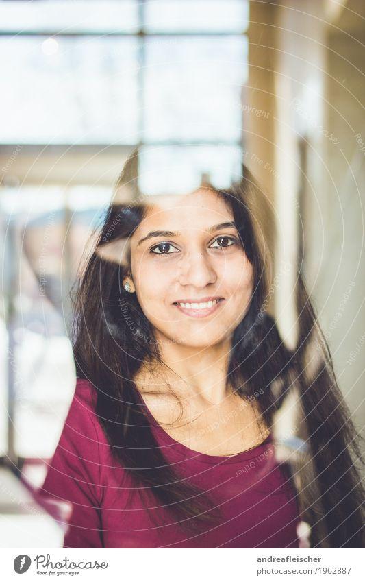Pallavi 06 feminin Junge Frau Jugendliche Leben 1 Mensch 18-30 Jahre Erwachsene T-Shirt schwarzhaarig brünett langhaarig Lächeln Freude Zufriedenheit