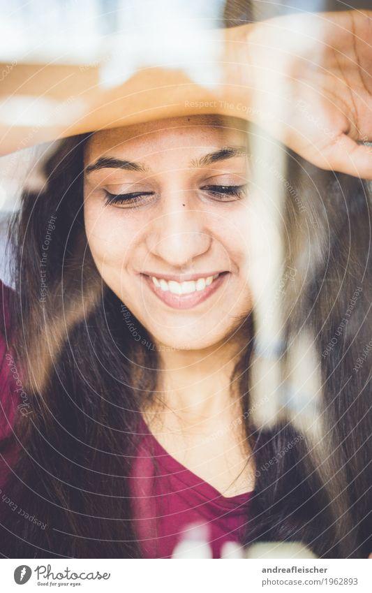 Pallavi 05 feminin Junge Frau Jugendliche Leben 1 Mensch 18-30 Jahre Erwachsene T-Shirt schwarzhaarig brünett langhaarig Lächeln leuchten warten Freude Glück